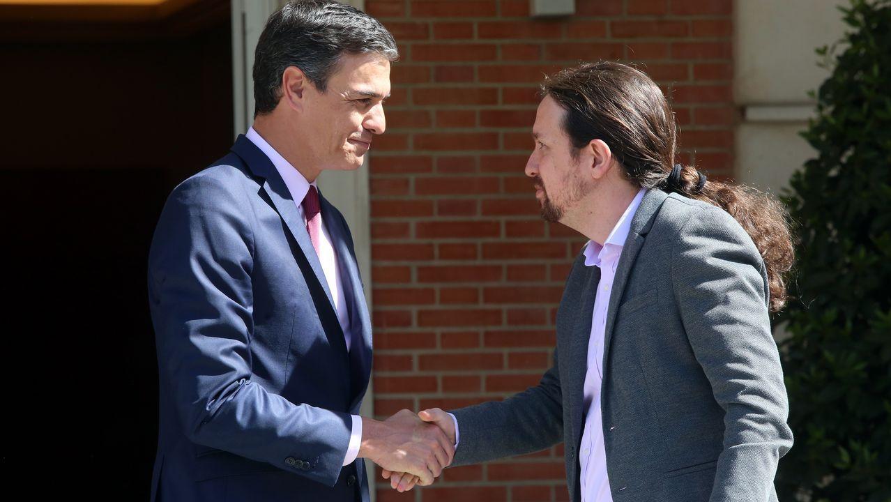 Sánchez, recibiendo a Iglesias antes de la reunión en la Moncloa