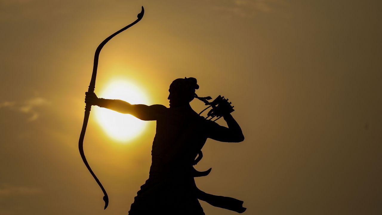 .El amanecer se ve tras una estatua del estadio principal Gelora Bung Karno durante la competición de caminata femenina de 20km de los Juegos Asiáticos 2018, en Jakarta (Indonesia)