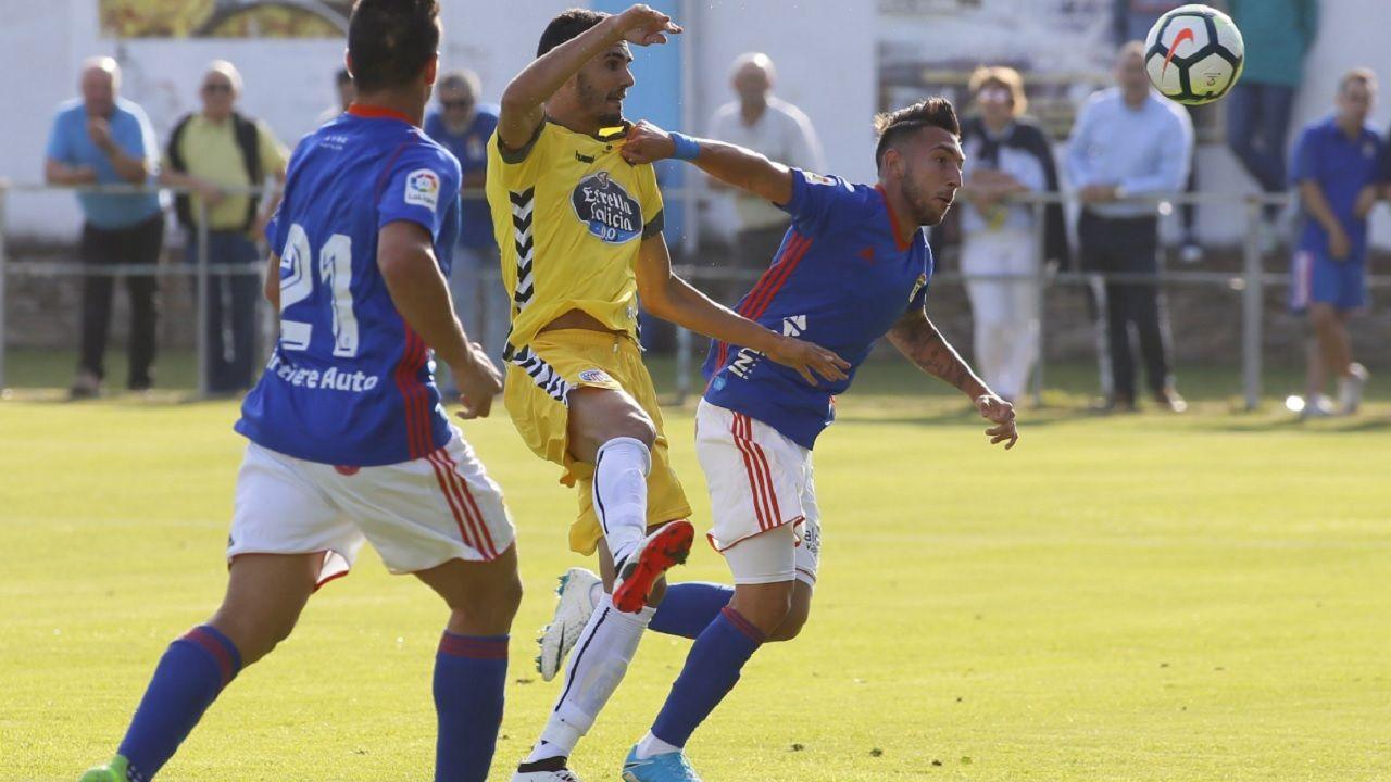 Varela Real Oviedo Lugo Horizontal.Varela pelea un balón frente al Lugo en pretemporada