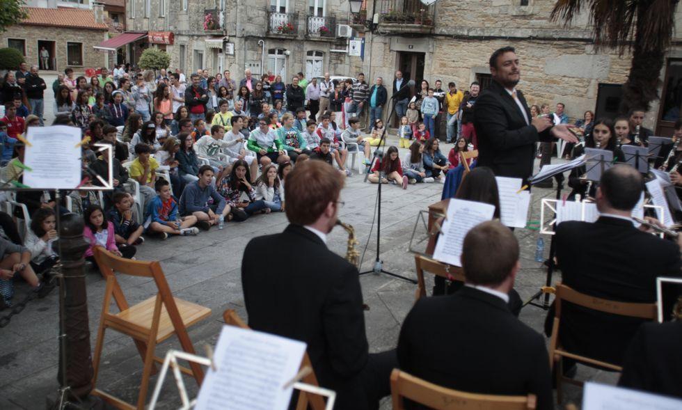 Recreación militar en la plaza de María Pita.En Os Pendellos se celebró ayer el acto inaugural del curso, con concierto de la Banda de Agolada.