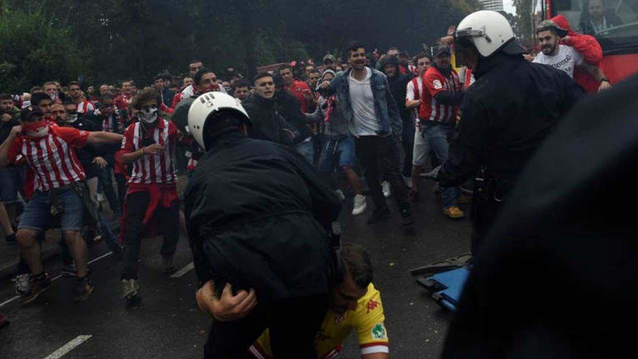 Carga policial en el derbi Sporting-Oviedo