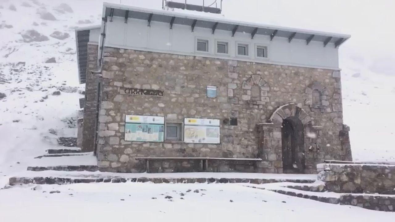 La nieve cae en el entorno del refugio del Urriellu en Picos de Europa.La nieve cae en el entorno del refugio del Urriellu en Picos de Europa