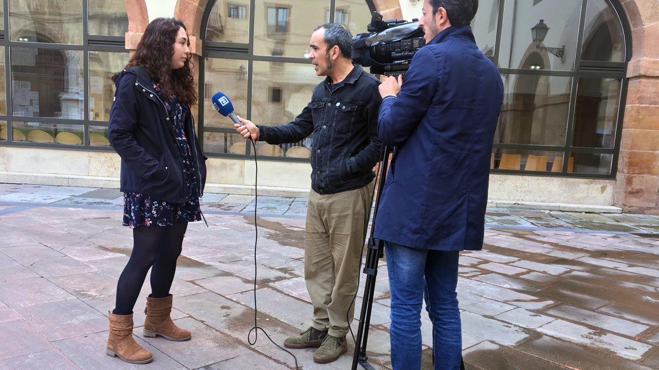Una de las portavoces de la Asamblea por el Futuro de la Investigación en Asturias atiende a los medios