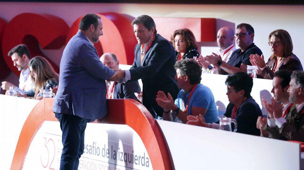 .El secretario general de la FSA-PSOE y presidente del Principado, Javier Fernández, saluda al secretario de organización del PSOE, José Luis Ábalos (i) durante su intervención en el 32 Congreso del FSA-PSOE