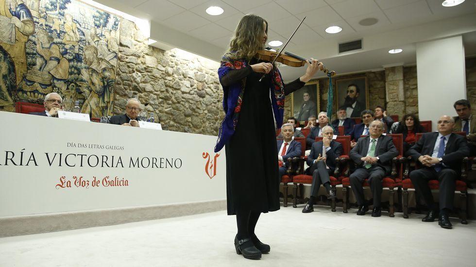 A violinista Antía Ameixeiras actuou na presentación do libro sobre María Victoria Moreno na RAG