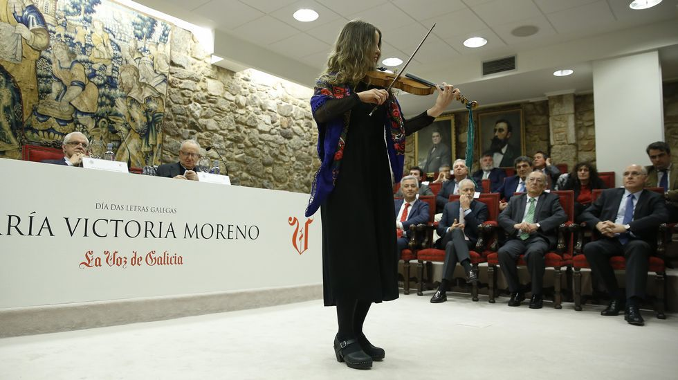 Voz Natura: mucho más que una fiesta.A violinista Antía Ameixeiras actuou na presentación do libro sobre María Victoria Moreno na RAG
