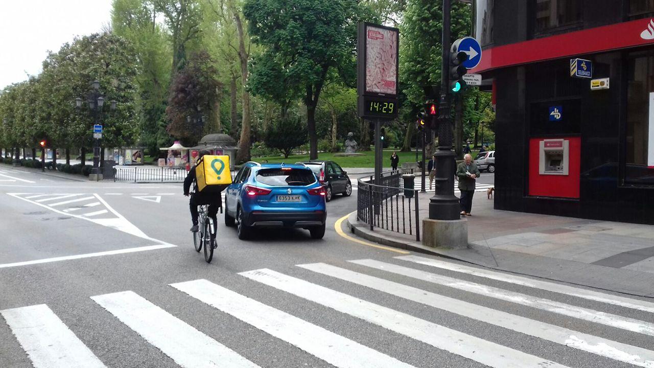 Un repartidor de Glovo en la calle Uría de Oviedo