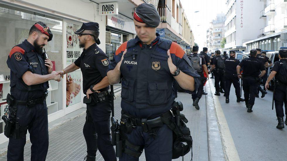 Mossos y Policias se abrazan en Pineda ante la marcha de estos últimos.Monica Oltra