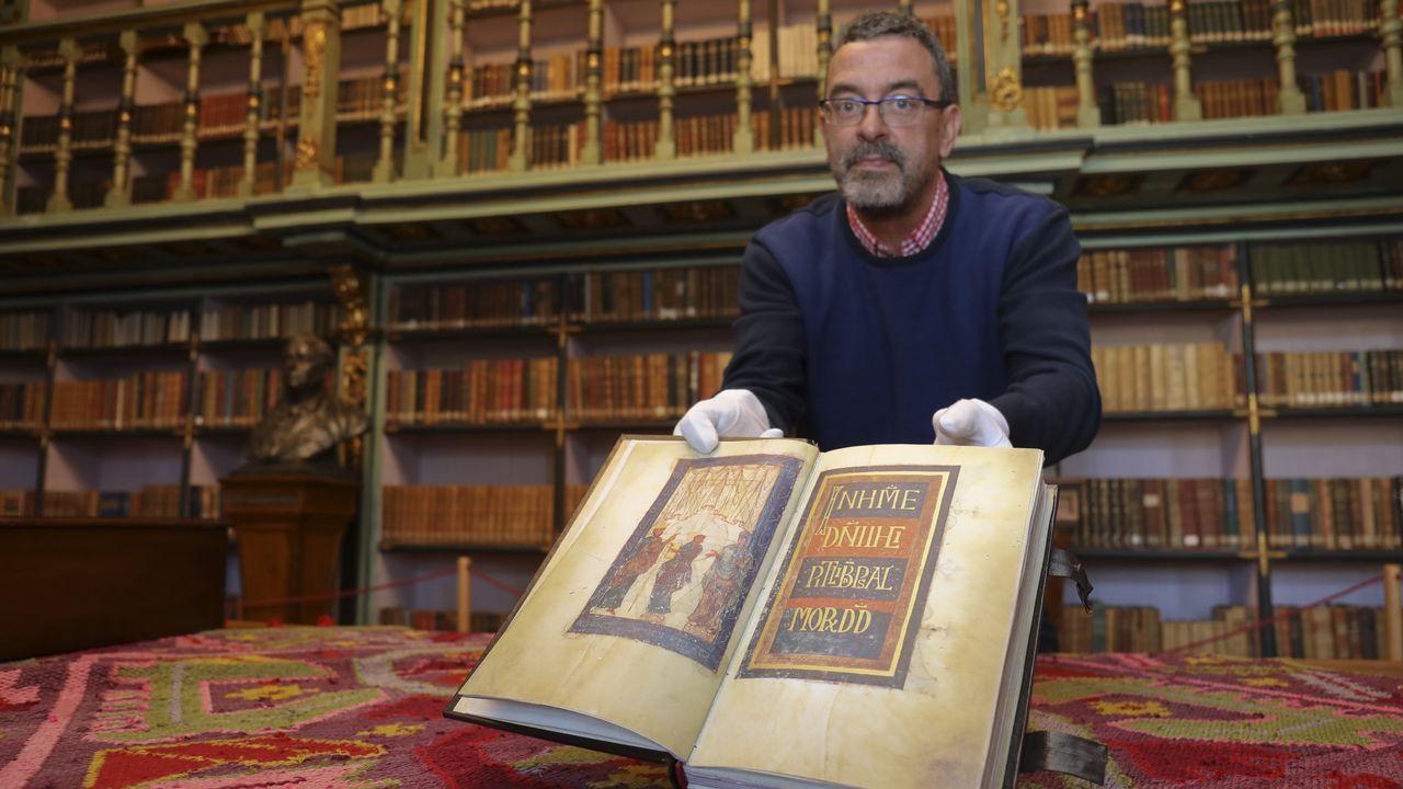 La USC custodia el libro más antiguo de Santiago en una cámara acorazada