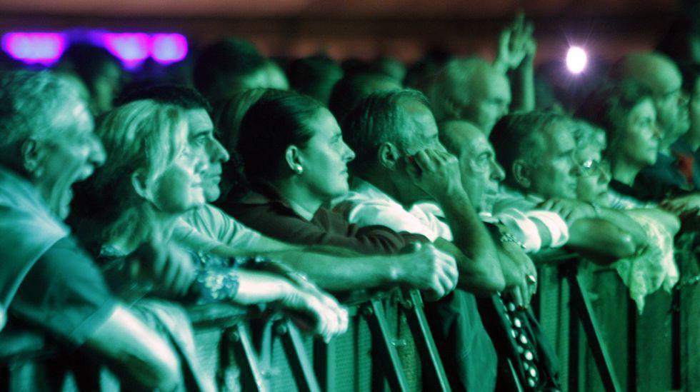 .Público en en primera fila durante el concierto que Café Quijano dio el domingo por la noche en el Campo da Compañía