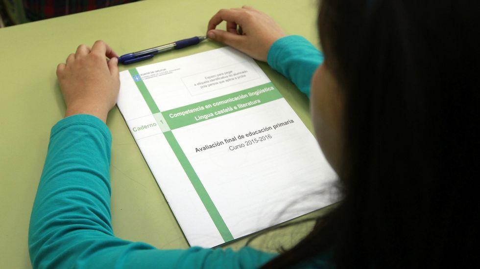 Alumna de sexto ante el cuadernillo con las preguntas de la evaluación diagnóstica