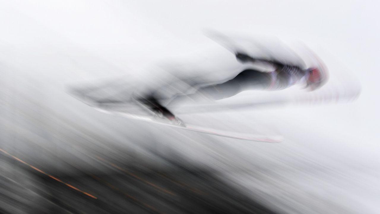 El alemán Kark Geiger salta durante la ronda de entrenamiento el Torneo Four Hills de Innsbruck (Austria)