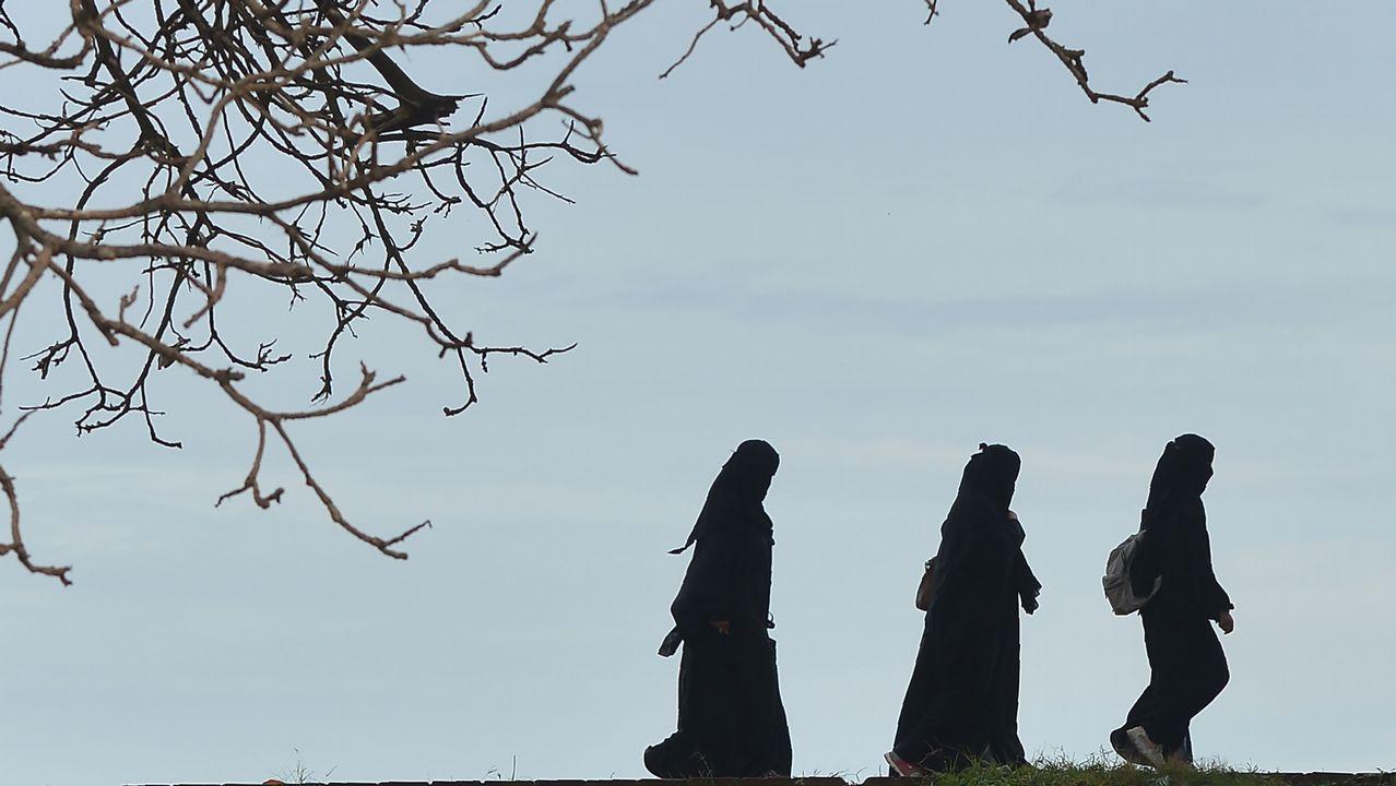 .Un grupo de mujeres pasea en Sri Lanka, en la bahía de Galle