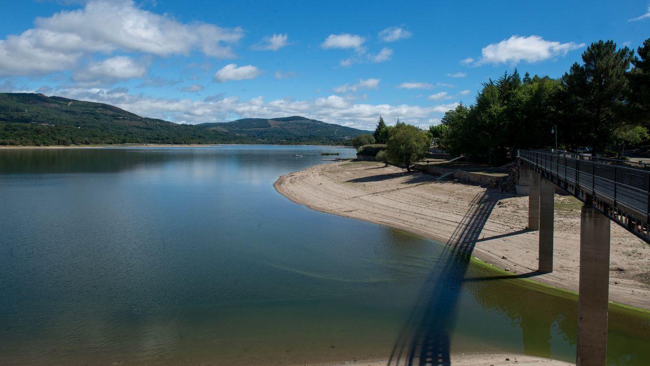 Estrañas paisaxes dun outono seco no entorno da maior presa de Galicia