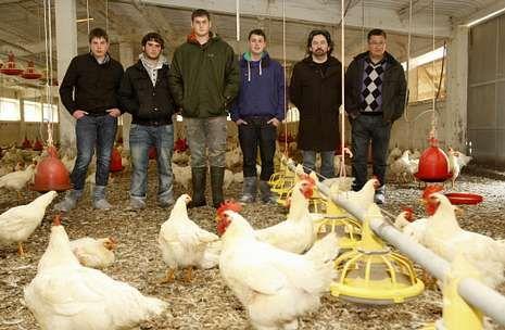 Alumnos y profesores franceses conviven en granjas de Bergantiños, como la de Francisco Castro.