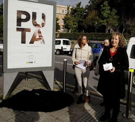 Las concejalas Carme Fouces y María Biempica, en la presentación de  los carteles el pasado día 18.
