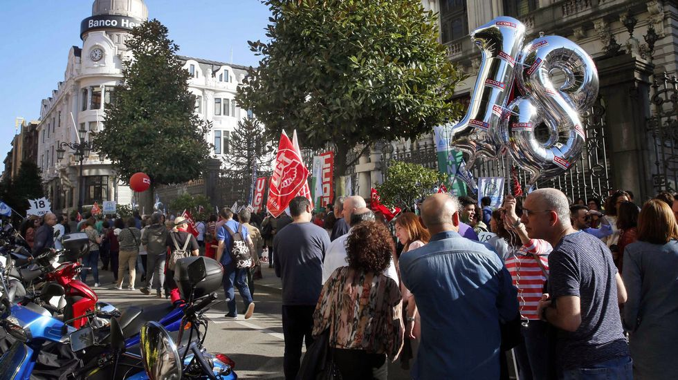 Manifestación del Primero de Mayo de 2018 en Asturias.Varios centenares de docentes se manifiestan en Oviedo para exigir el recorte de la jornada lectiva
