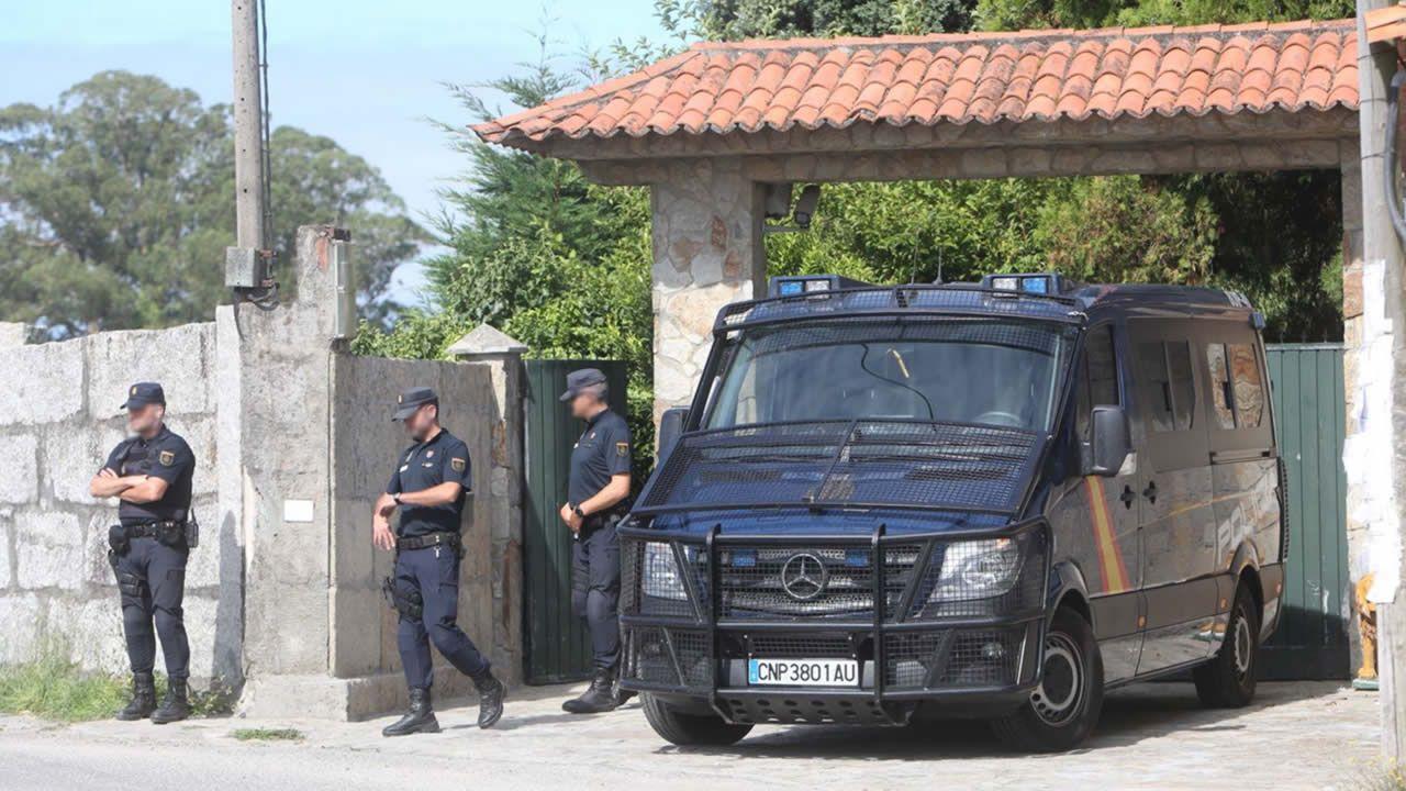 Incautados 25 kilos de cocaína en Marín ocultos en la puerta de un contenedor.Un furgón policial en la puerta de la casa de Manuel Charlín