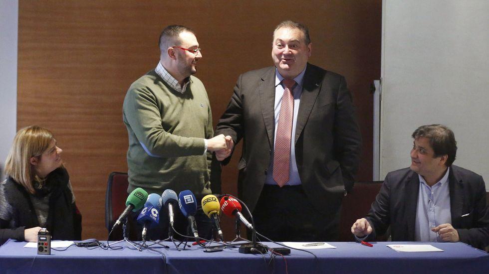 . Adrián Barbón (2i), y el coordinador general de IU de Asturias, Ramón Argüelles (2d),