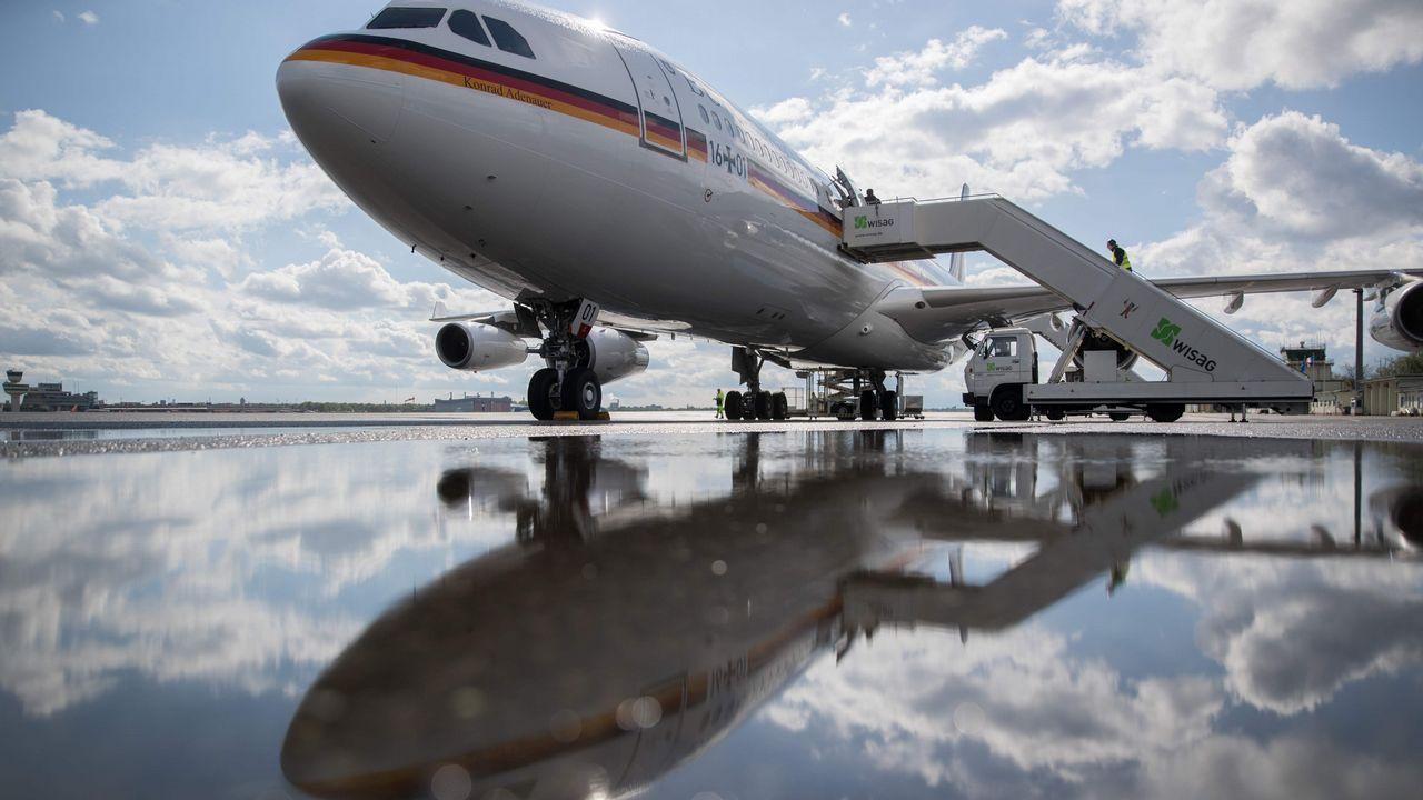 .Reflejo en el agua del avión donde viaja Angela Merkel