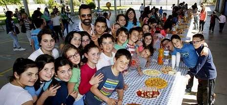 .Alumnos, padres y profesores compartieron una comida familiar en el patio del Xosé Pichel.