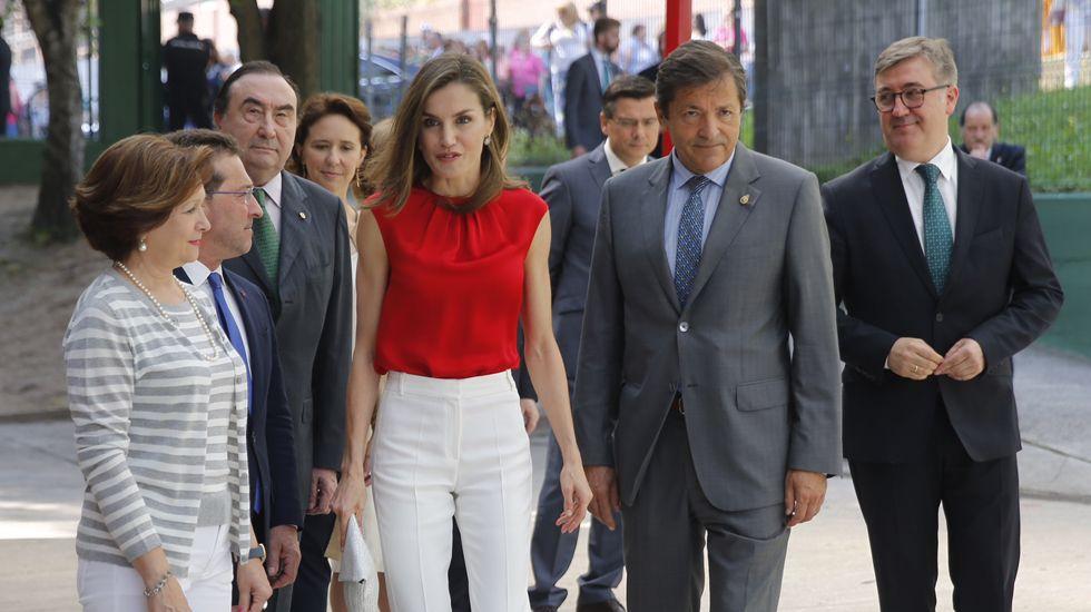 La reina saluda al presidente del Principado, Javier Fernández, en medio de una gran expectación.La reina Letizia y el presidente del Principado de Asturias