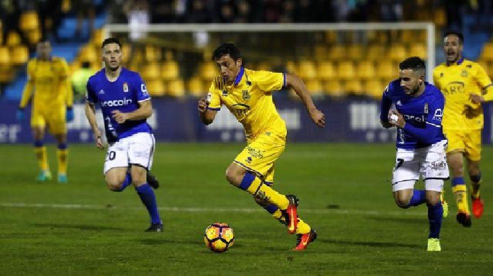 Rocha y Fernández disputan un balón en el Alcorcón-Oviedo de la ida