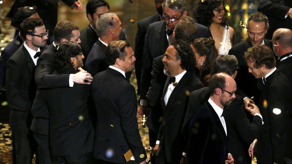 Leonardo DiCaprio charla con González Iñárritu tras finalizar la gala de los Oscars.