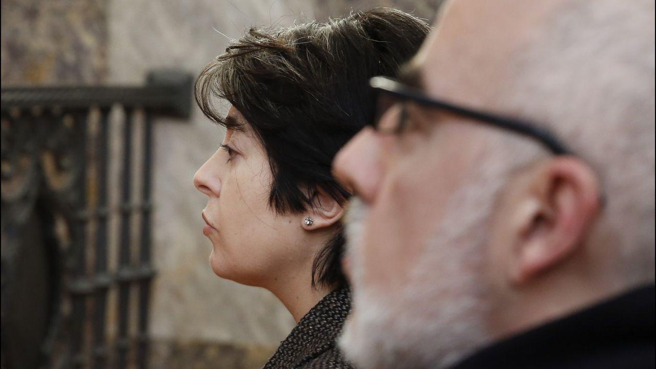 Llegada de Tania Varela para ser juzgada en la Audiencia de Pontevedra.Protesta de la plataforma de prisiones ante el Teatro Campoamor