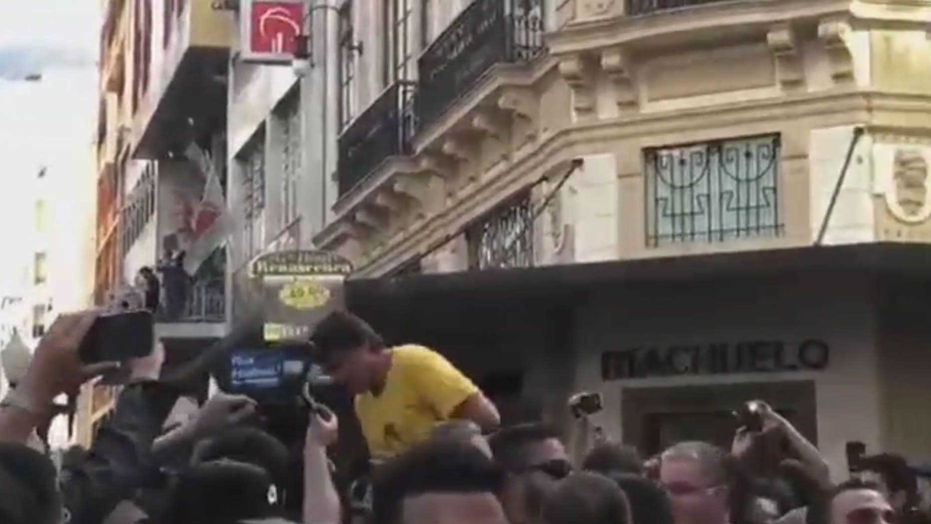 Así fue el momento en el que apuñalaron a Bolsonaro.Meireles (izquierda) saluda a Haddad en presencia del resto de aspirantes, excepto Bolsonaro