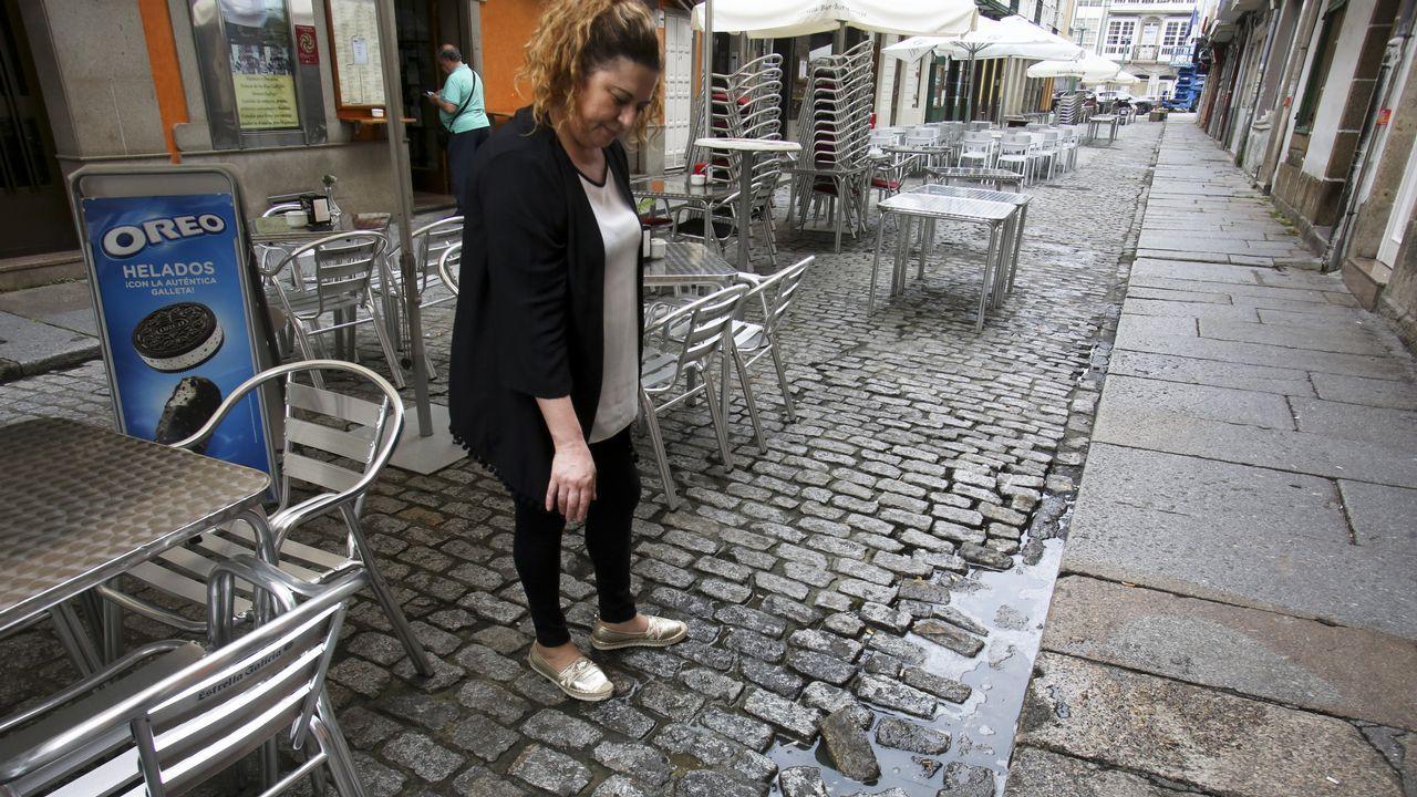 Iria Arán, en la imagen junto a una comercial de Artemisa, visita el piso de la avenida de Vigo que compartirá el curso que viene con dos compañeras de carrera