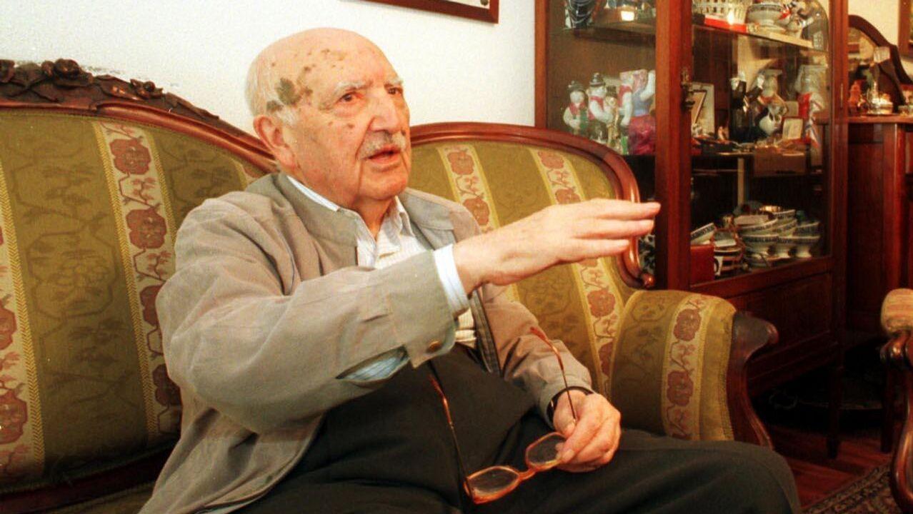 Santiago revive la tradicional Feira Cabalar de Amio.Fraguas, retratado no salón da súa casa, en agosto de 1999, cando se creou a súa fundación