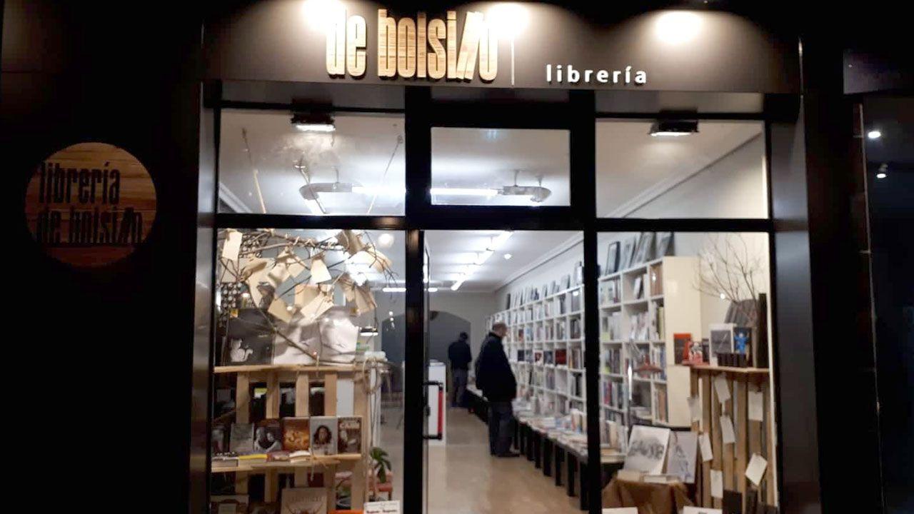 El escaparate de la nueva librería De Bolsillo en Gijón