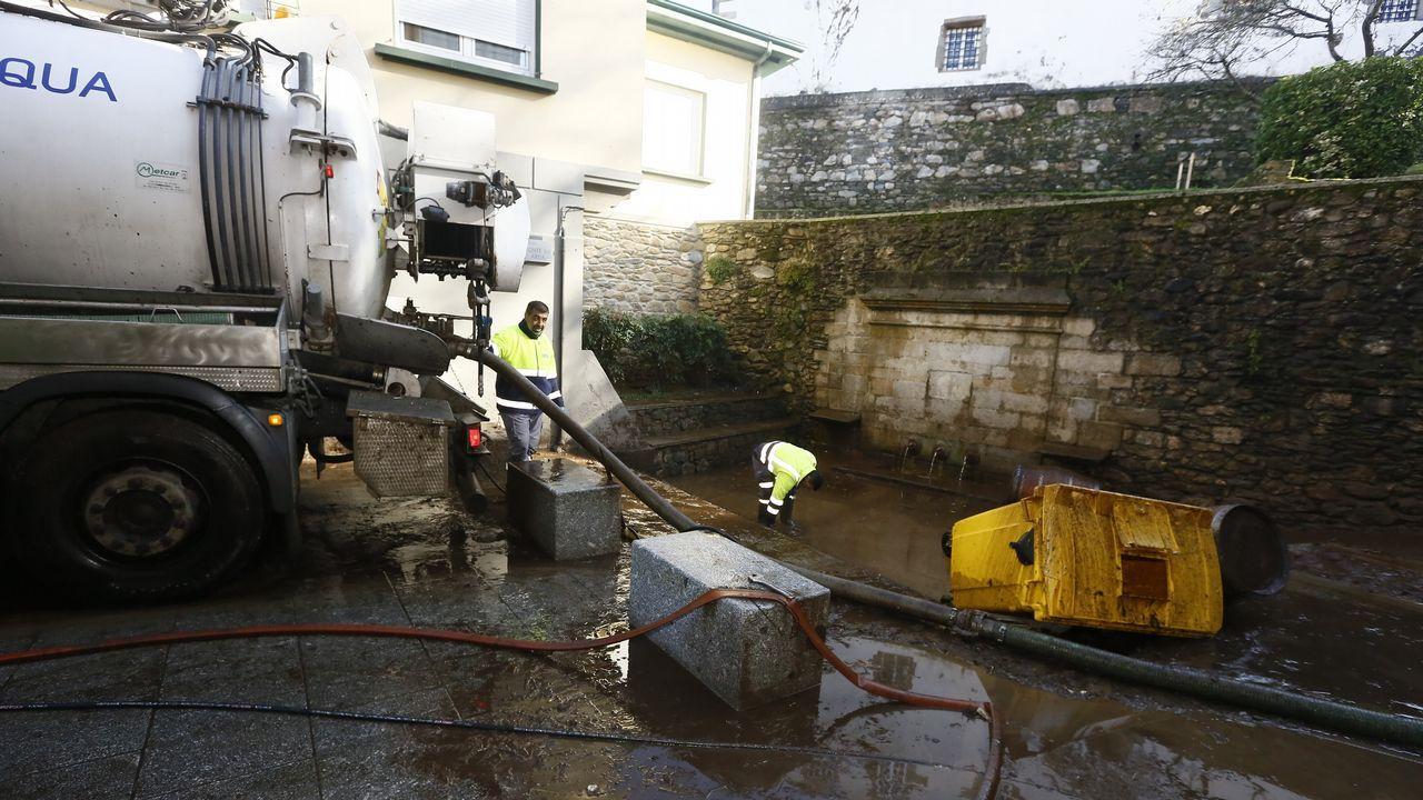 Tareas de limpieza en calles de Viveiro tras la tromba de agua