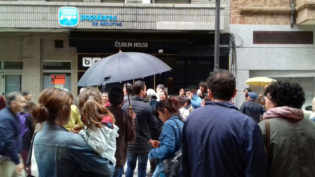 La ciudadanía pide a los integrantes del PP que abandonen sus cargos frente a su sede en Oviedo