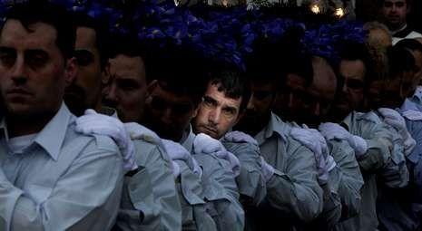 Semana Santa de Ferrol 2013: Las imágenes de la Pasión.Los costaleros salieron con la imagen de la Orden Tercera. Fotos: