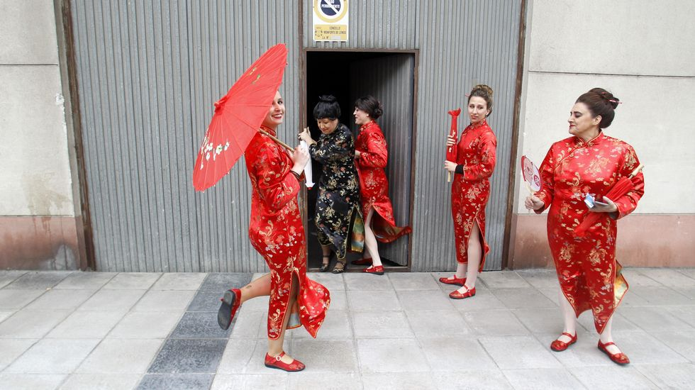 Integrantes de la comparsa Año Chino, al salir del garaje de la calle Leopoldo Calvo Sotelo en el que se disfrazaron