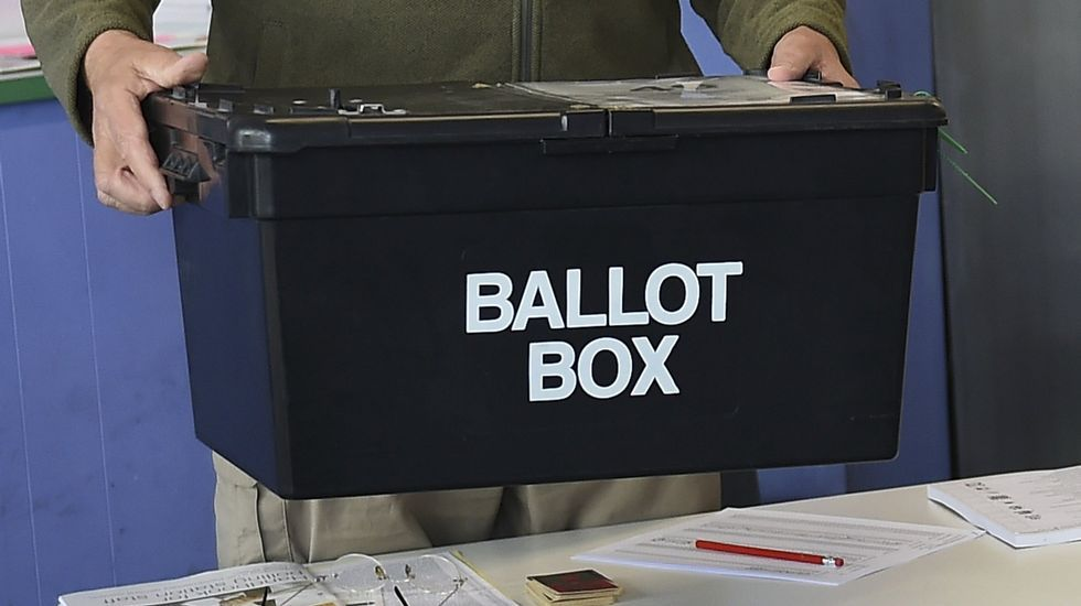 Jornada electoral en Reino Unido.Fotografía de archivo de una urna electoral