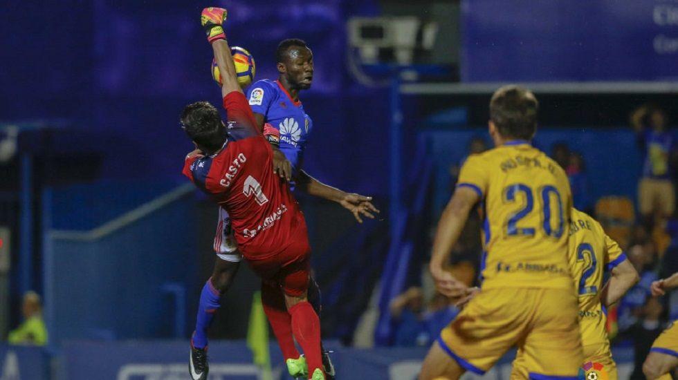 AnquelaGranada Real Oviedo Los Carmenes.Owusu disputando un balón con Casto