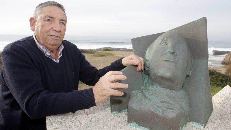 Homenaje a Ramón Sampedro en la playa de as Furnas.Una muller lanza uns caraveis ao mar desde as pedras das Furnas na homenaxe a Sampedro<span lang= es-es >. </span>