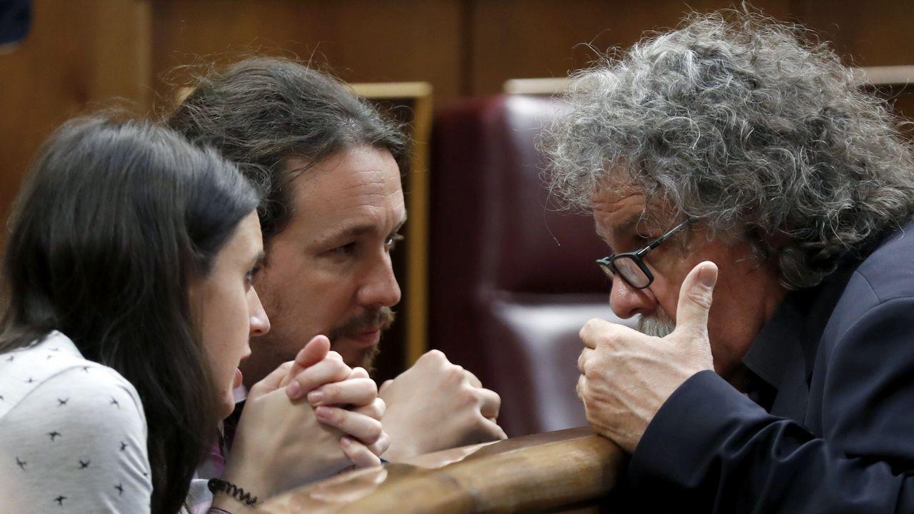 .Irene Montero y Pablo Iglesias conversan en el Congreso con Joan Tardá, de ERC