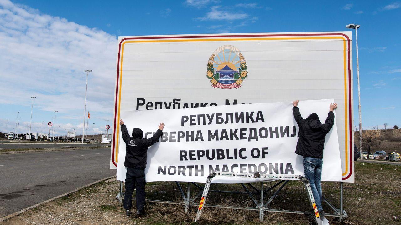 El tesoro de títeres de todo el mundo recopilado por la compañía Etcétera.Dos operarios colocan la nueva denominación en la frontera entre Grecia y Macedonia