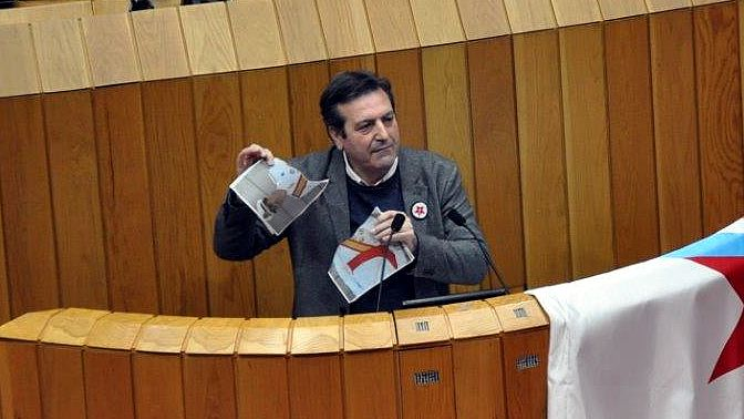 Un diputado del BNG rompe la foto del Rey al intervenir en la tribuna del Parlamento.El atentado en la casa cuartel de Zaragoza, en 1987, le costó la vida a 11 personas