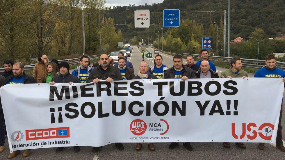 .Corte de carretera por los trabajadores de Mieres Tubos