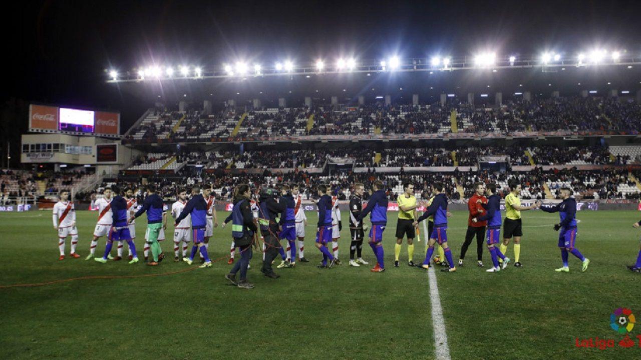 Jugadores del Oviedo y del Rayo se saludan