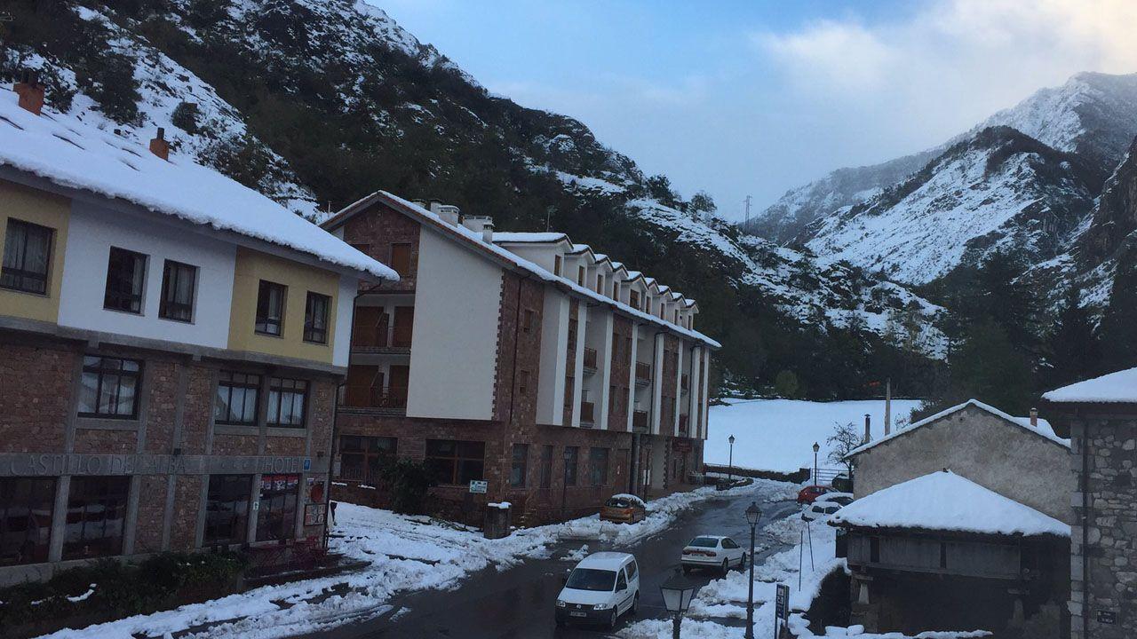 La nieve cubre los pueblos de Somiedo