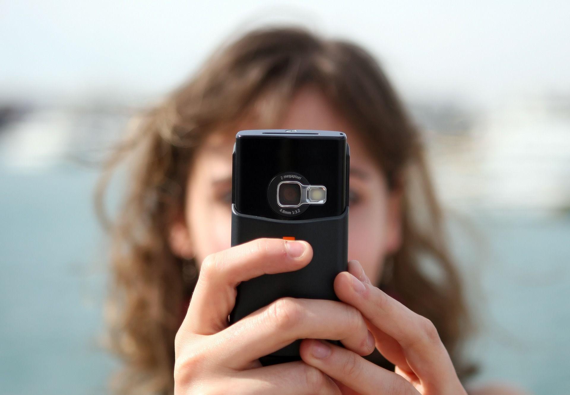 .Mujer mirando el móvil