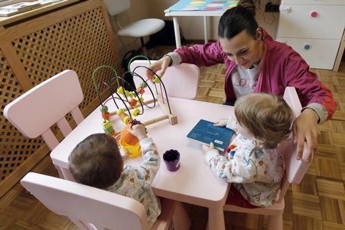 Vanesa Balsa atiende a cinco niños de cero a tres años en su casa nido de Ourol