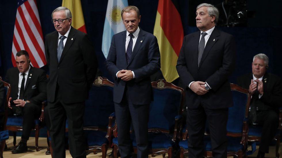 .El presidente del Parlamento Europeo, Antonio Tajani (d), el presidente de la Comisión Europea (CE), Jean-Claude Juncker (i), y el presidente del Consejo Europeo, Donald Tusk (c), durante la ceremonia de entrega de los Premios Princesa de Asturias 2017