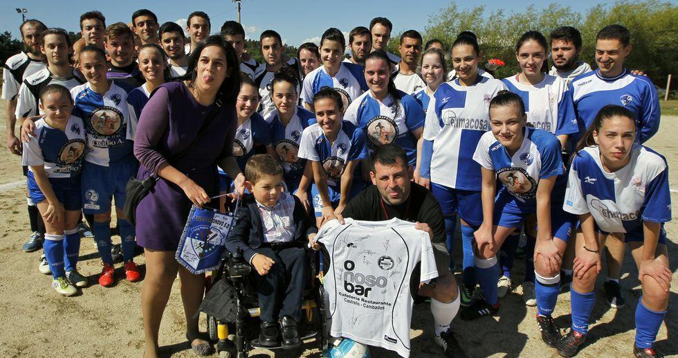 Merchi -de pie- y Edgar -en la silla-, con los futbolistas que se enfrentaron ayer en el campo de Castrelo.